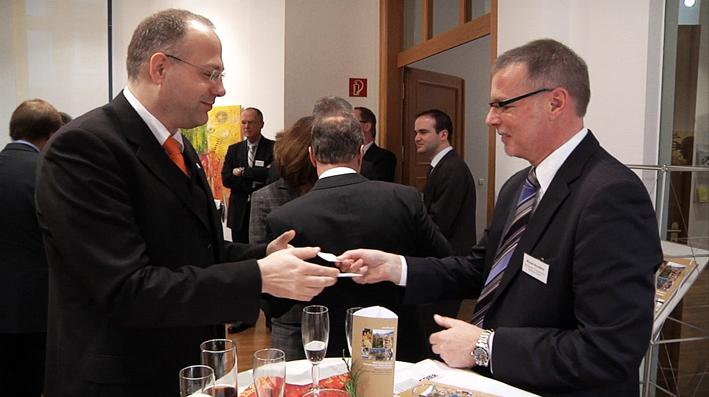 Visitenkartentausch im Ludwigshafener Ernst-Bloch-Zentrum: Freude für jeden Netzwerker.